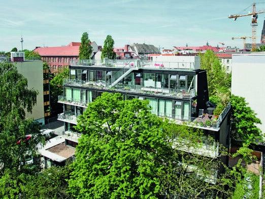 Page 18 of Eckertstraße 1 Berliinissä – Oivallisesti kenkälusikoitu asuintaloBetoni 3  2020 - 90 vuotta