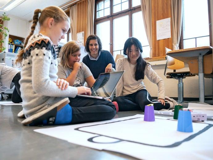 Page 24 of Schulen navigieren durch die digitale Welt